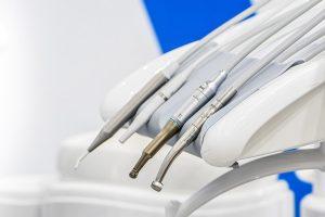Implanty zębowe – rodzaje implantów oraz przeciwwskazania