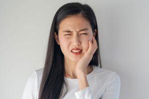 Jak radzić sobie z bólem zębów i dziąseł?